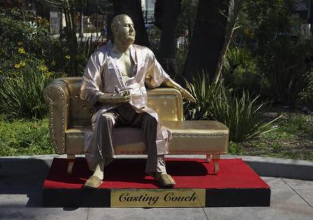 La statua dorata intitolata Il divano delle audizioni, opera dell'artista Jesus