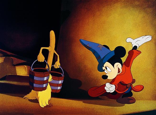 Topolino in una scena di Fantasia