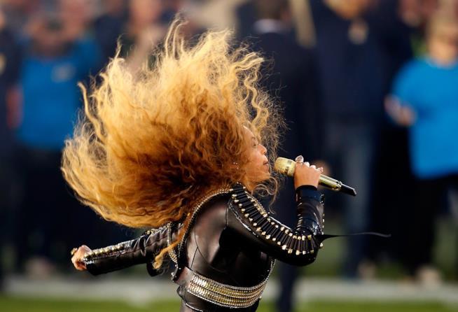 Beyoncé che canta durante un proprio concerto.