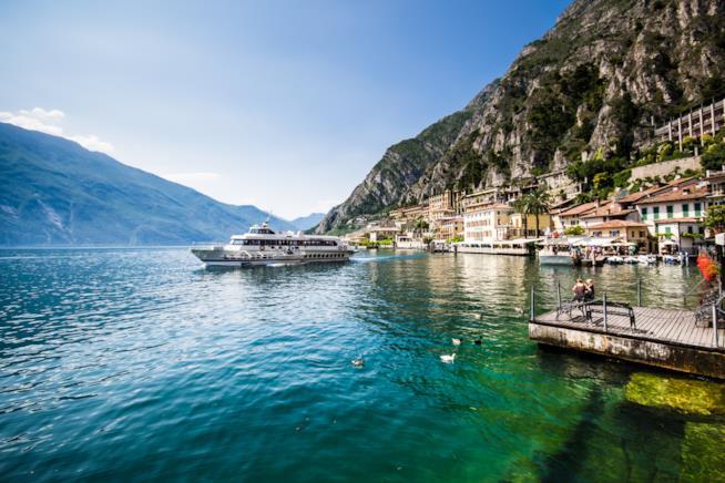 panorama sul lago di garda tra acqua, casette colorate e montagne