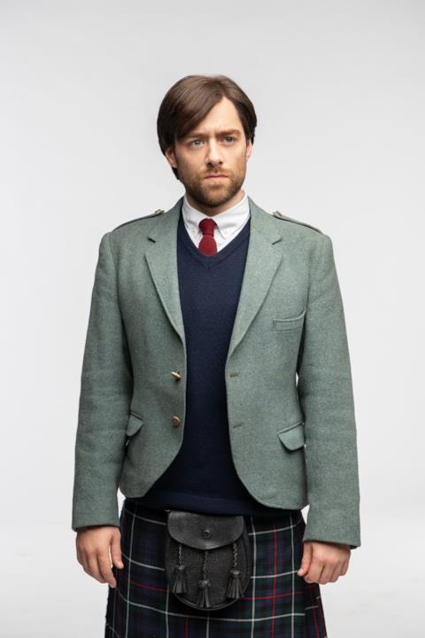 Roger indossa il kilt e la giacca