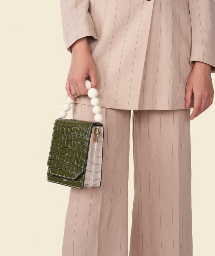 Borsa Cafuné Fern su un outfit-tailleur