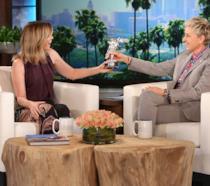 Ellen Pompeo insieme a Ellen Degeneres durante una puntata dello show