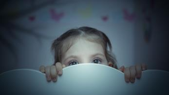 bambina spaventata nel suo letto