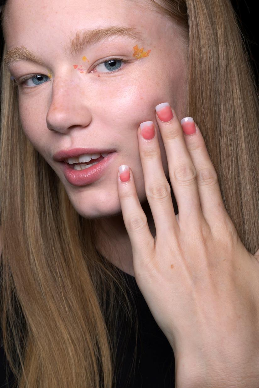 Nail art rosa scuro e bianco