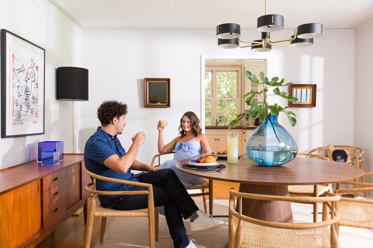 Katie Lowes e Adam Shapiro pranzano insieme nella loro nuova casa