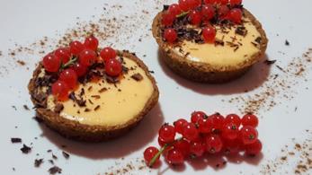 Dolcetti con crema e frutti rossi