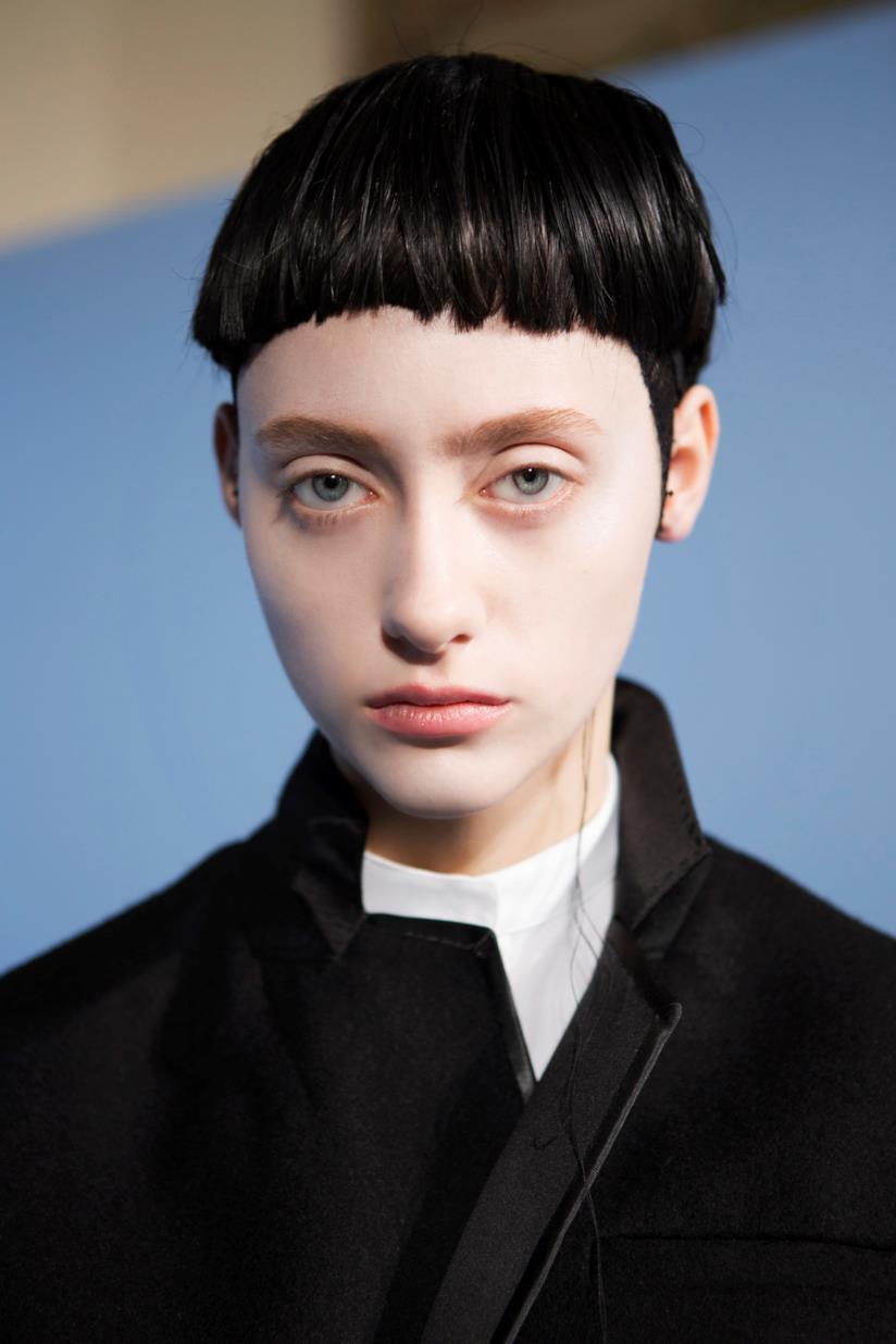 Modella con capelli nero inchiostro