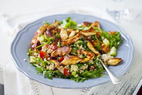 Insalata di quinoa con pollo, pomodorini e rucola