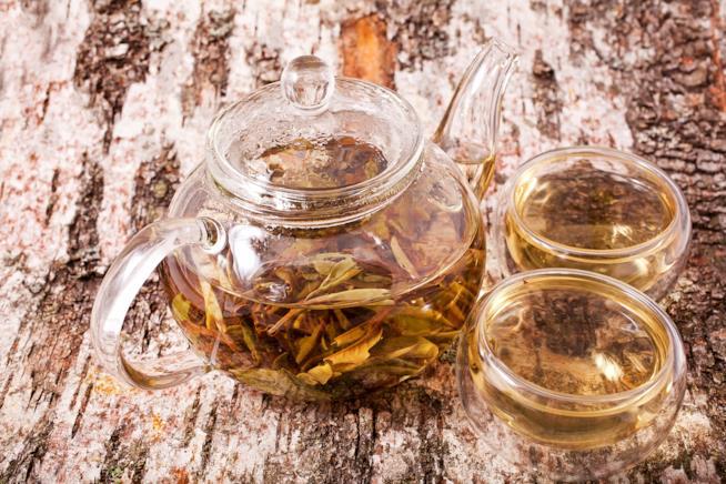 Tazza e caraffa di tè bianco