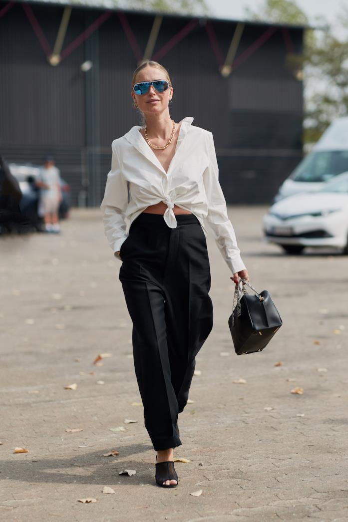 Outfit casual per ufficio camicia bianca annodata con pantalone nero a vita alta
