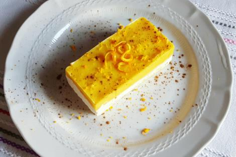 Fetta di dolce con crema bicolore