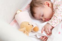Neonato dorme con un Doudou