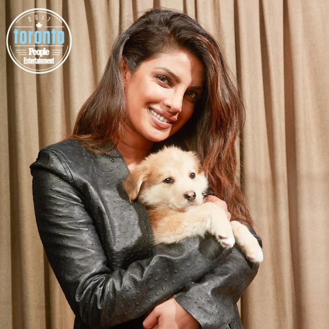 Priyanka Chopra  tiene in braccio un cucciolo