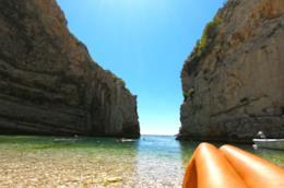 Relax su una spiaggia deserta del Mediterrano