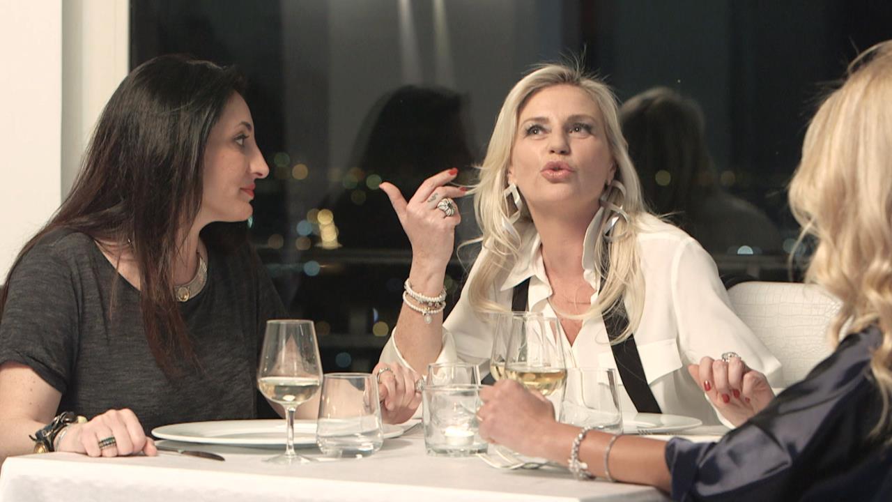 Alessandra e Francesca portano Carla da una tarologa. Annalaura continua a lavorare. Gabrielle organizza un Tequila Party.