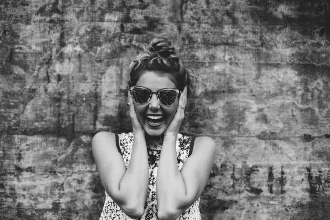 Una donna sorride allegra