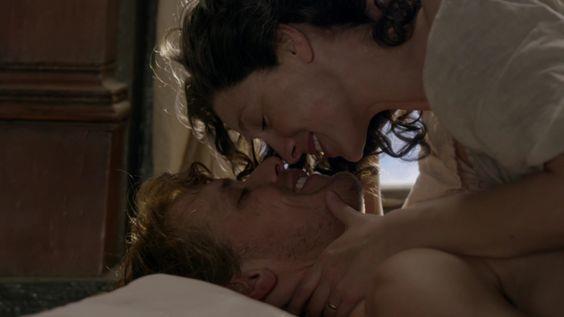 Claire e Jamie sorridenti prima di baciarsi