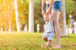 I bambini che camminano scalzi sono più sani e i perché sono innumerevoli