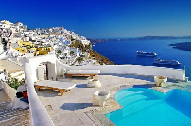 Grecia, resort con piscina sull'isola di Santorini