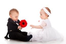 Un bambino e una bambina vestiti eleganti.