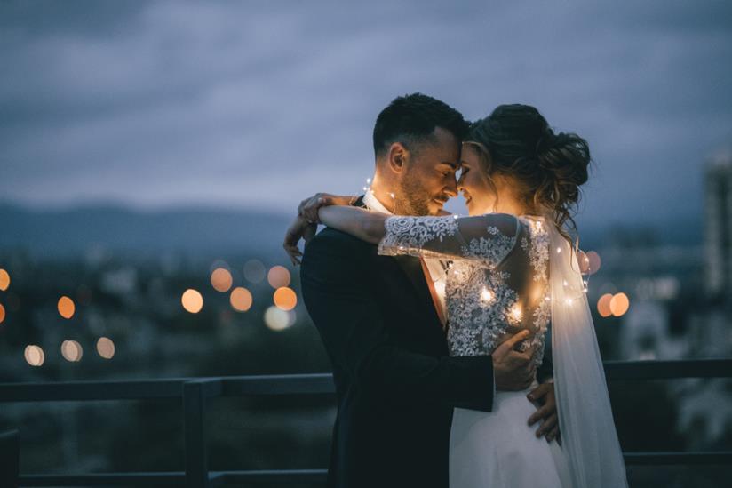 Coppia di sposi si abbraccia