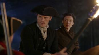 Claire guarda Jamie spaventata mentre parlano con le giubbe rosse
