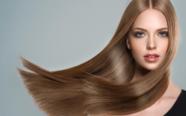 Ragazza con capelli lunghi e lisci
