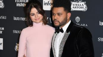 Primo piano di Selena Gomez e The Weeknd