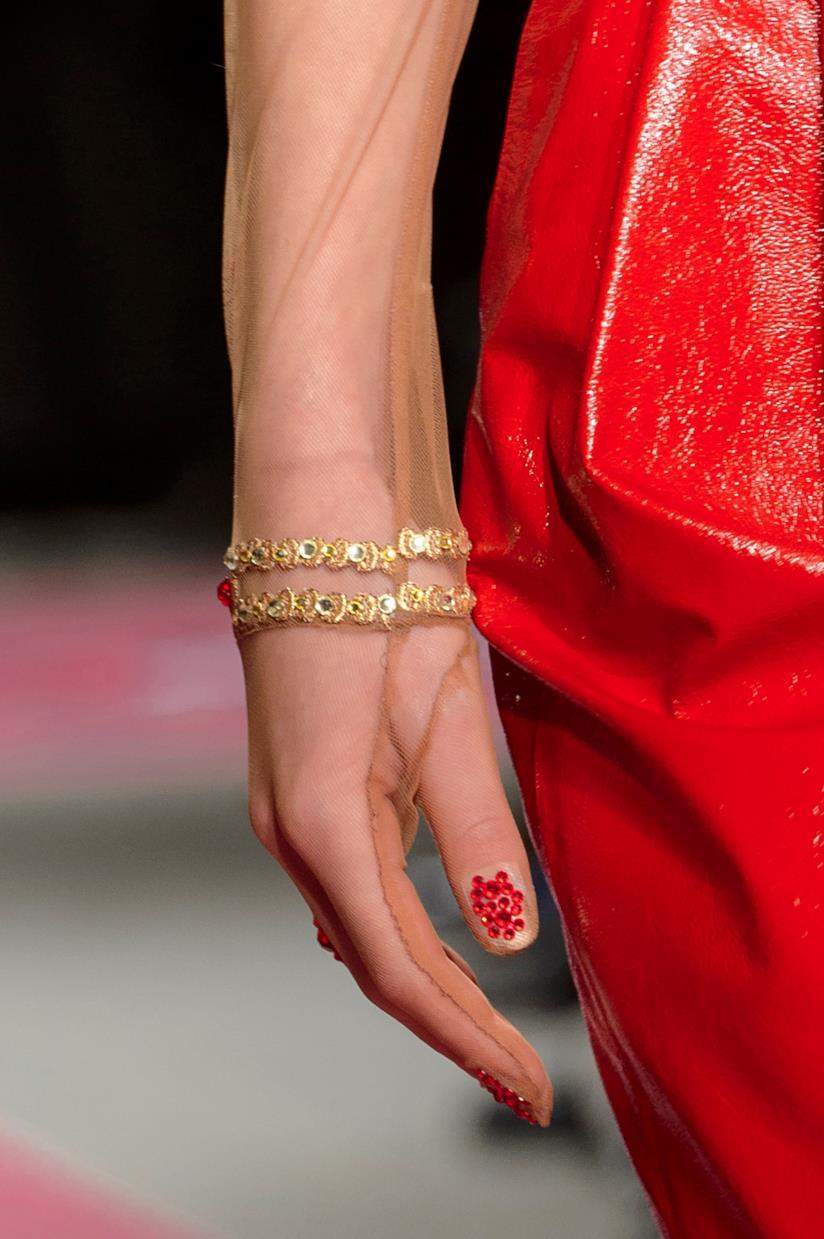 Nail art con cristalli rossi