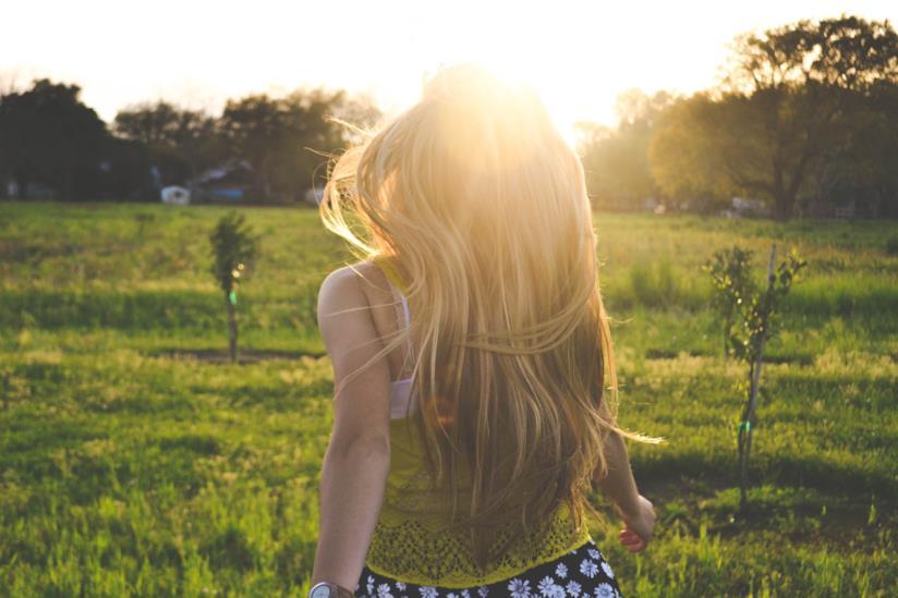 Una donna bionda girata di spalle.