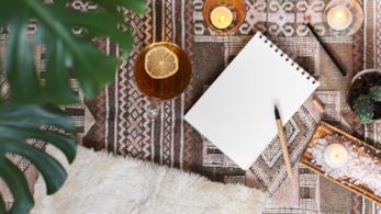 Tappeto in fantasie geometriche in bianco e marrone, con alcune candele per il relax in