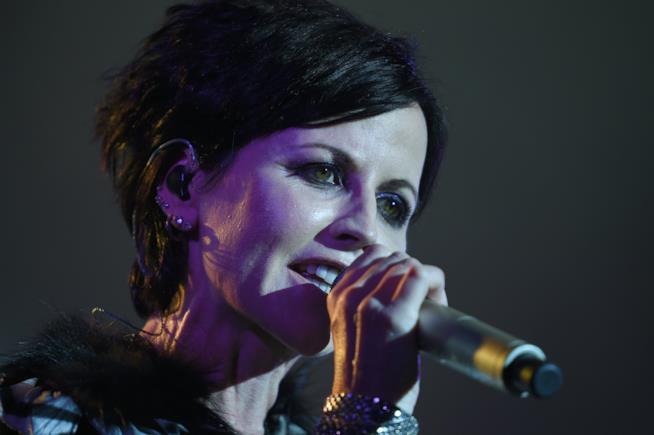 Dolores O'Riordan mentre canta