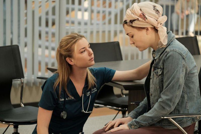 Lily e Nic in una scena di The Resident