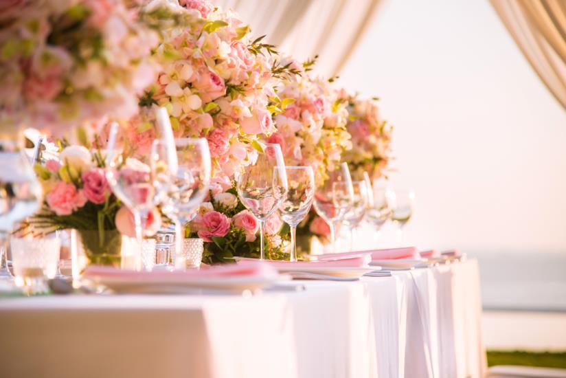 Calici, fiori e bicchieri per una sposa di giugno