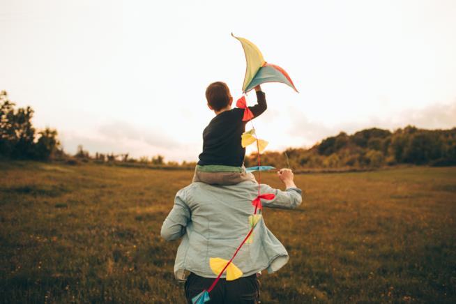 Papà e figlio giocano con un aquilone