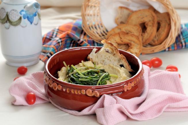 Purea di legumi con pane e verdura