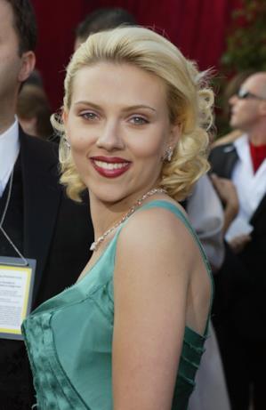 Scarlett Johansson bionda in look verdeacqua