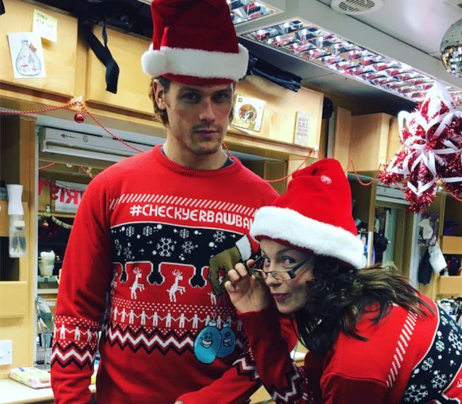 Sam Heughan e Caitriona Balfe indossano dei maglioni di Natale