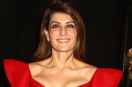 Nia Vardalos con un abito rosso