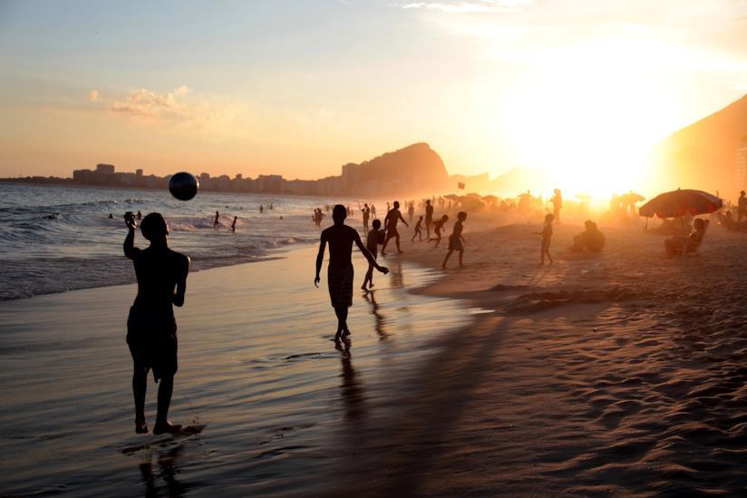 Un spiaggia di Rio al tramonto
