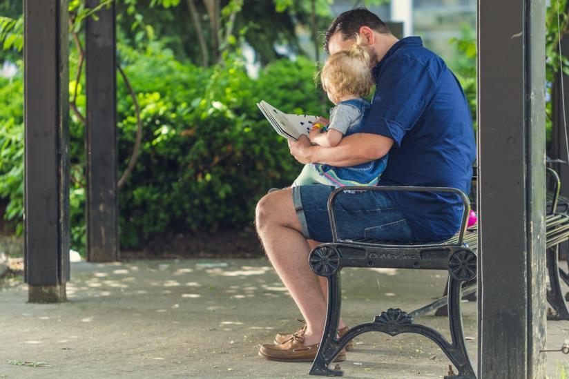 Leggere ad alta voce storie educative a bambini di 3 anni