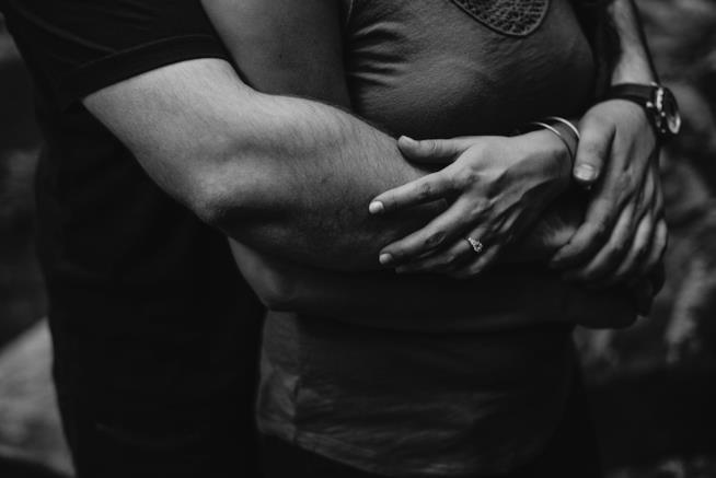 Coppia di fidanzati che si abbracciano