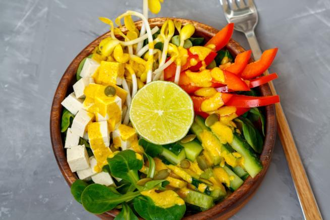 Una Buddha Bowl vegetariana con tofu