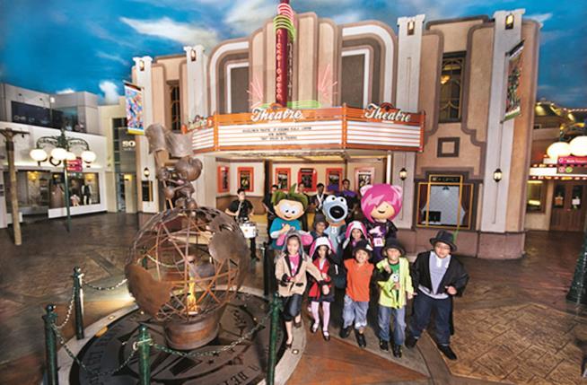 Il monumento e il teatro di KidZania, con i bambini e le loro mascotte