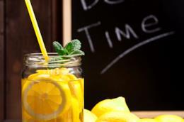 Un bicchiere di acqua, limone e menta per il detox