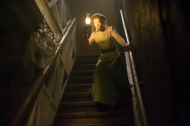 Sarah Snook in una scena de La vedova Winchester