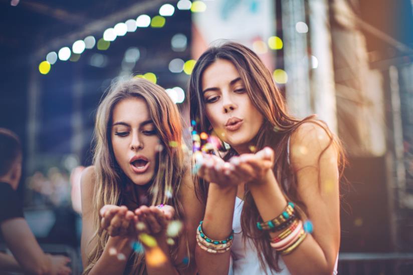 Due ragazze soffiano sulle mani