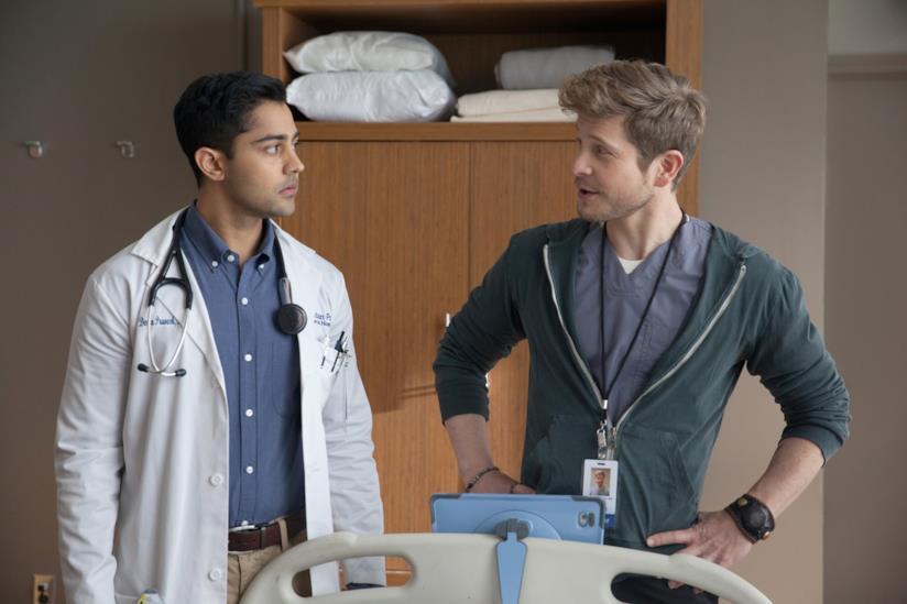 Matt Czuchry e Manish Dayal in una scena di The Resident