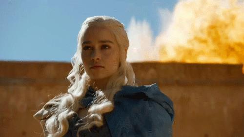 Daenerys e sullo sfondo le fiamme
